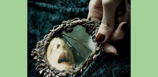 Oglindă spartă de o privire malefică