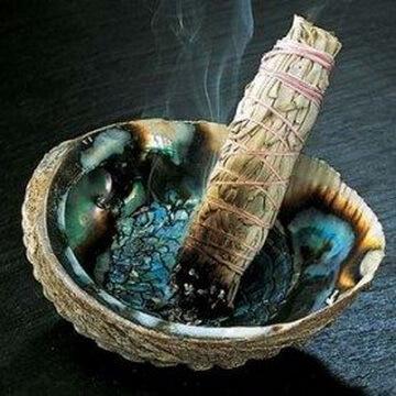 Fumigația salviei pentru purificare de energii negative