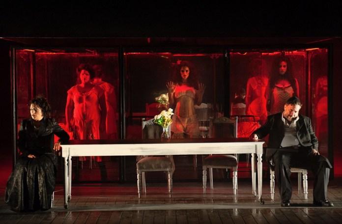 """Imagine din spectacolul """"Zeul răzbunării"""", Teatrul Cameri din tel Aviv"""