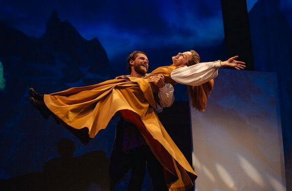 """Imagine-din-spectacolul-""""Prâslea-cel-Voinic-și-merele-de-aur""""-©-Teatrul-Excelsior.-Foto-Vlad-Catană"""