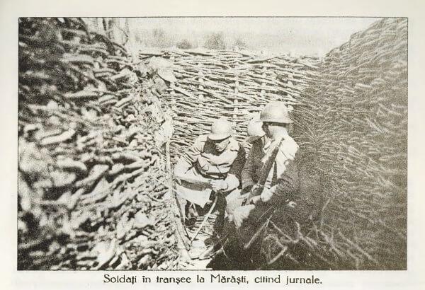 Soldați în tranșee la Mărăști, citind jurnale