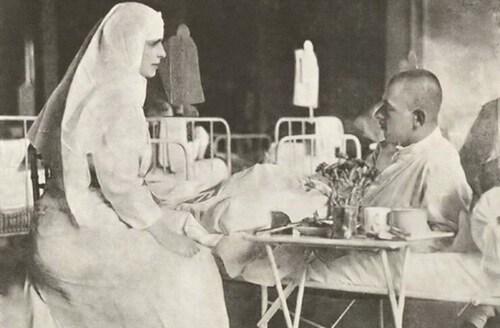 Regina Maria în timpul vizitei într-un-spital de campanie în anul 1917. Sursa foto: Wikipedia