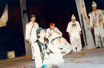"""Fotografii din spectacolul """"Șambelan la viezuri"""", Teatrul """"Bacovia"""" din Bacău, 1999"""