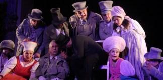 """Fotografie din spectacolul Teatrului de Comedie din București, """"Revizorul"""" de N. V. Gogol, la Gori, Georgia"""