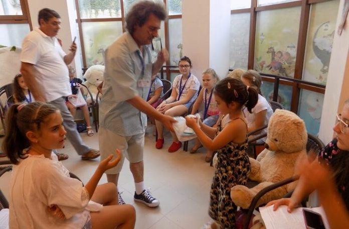 """Daruri pentru copiii din grupul artistic"""" Nino Nino"""" de la Asociația Culturală Leviathan"""