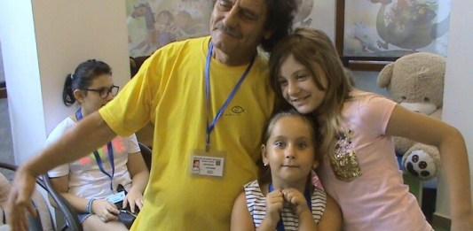"Lică Barbu și copii din Grupul artistic ""Nino Nino"""