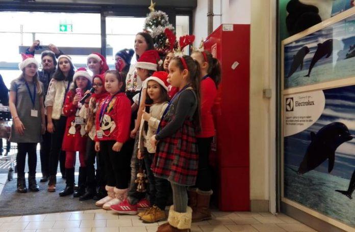 "Grupul ""Nino Nino"" colindând la Magazinul Kaufland din Brăila, 15 decembrie 2019"