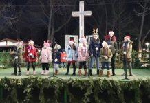 """Grupul artistic """"Nino Nino"""" colindând în Parcul Monument din Brăila, 21 decembrie 2019"""