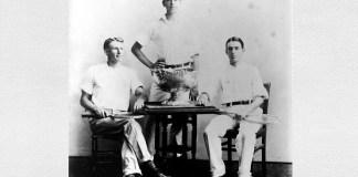 Dwight Filley Davis (în centru) cu trofeul Cupa Davis, 1900