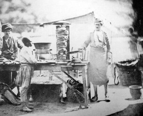 Dönerci, 1855. Prima fotografie a unui bucătar de döner-kebap. Sursa: lokantalarim
