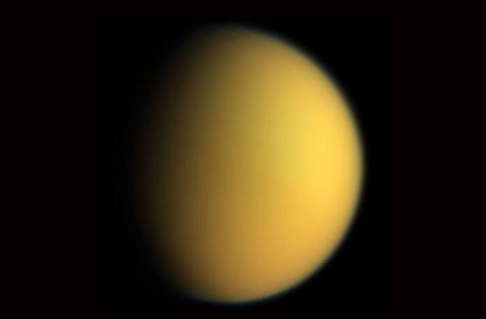Satelitul Titan în culori naturale. Sursa foto NASA