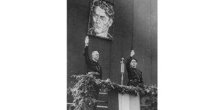 Conducătorul țării, Ion Antonescu, alături de vicepremierul și liderul Gărzii de Fier, Horia Sima, la o manifestație în memoria fondatorului Gărzii de Fier, Corneliu Zelea Codreanu, 6 octombrie. Sursa foto: Wikipedia