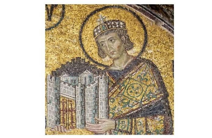 Împăratul Constantin I prezentând Fecioarei Maria un model al Constantinopolului. Detaliu al unui mozaic de la intrarea de sud-vest a vechii bazilici Sfânta Sofia (Hagia Sophia) din Constantinopol, az