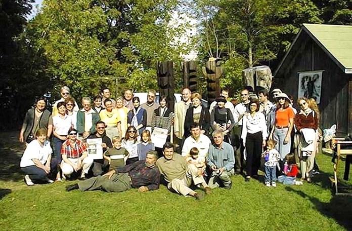 """Grupul de la """"Observatorul"""" în grădlina atelier a lui Nicăpetre din Toronto"""