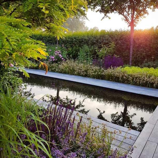 Spegeldamm i lummig trädgård, en dröm för trädgårdsarkitekter. Ritad av trädgårdsdesigner Ulrika Levin. Skapar magisk stämning i trädgården.