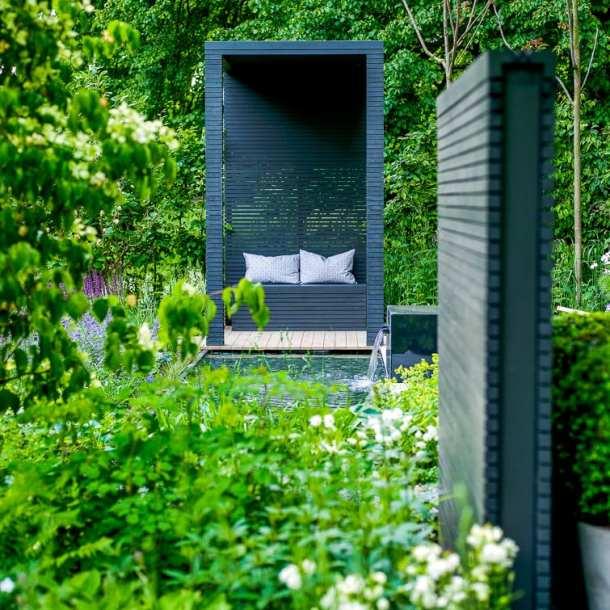 Plank med liggande ribbor, och en pergolai samma stil. Snyggt! Från idéträdgård Grå Vardag, designad av Ulrika Levin