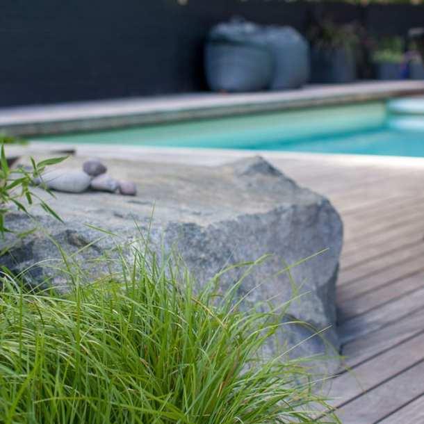 Pool i kombination med trä, gräs och sten. Ritad av Ulrika Levin, Levins Trädgård & Design.