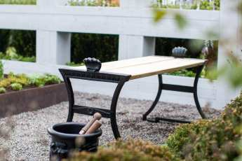 Bänk och urna från Näfeqvarn i vår visningsträdgård.