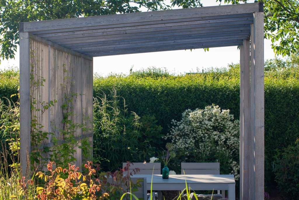 Pergola designad av trädgårdsdesigner och arkitekt Ulrika Levin, Levins Trädgård & Design AB.
