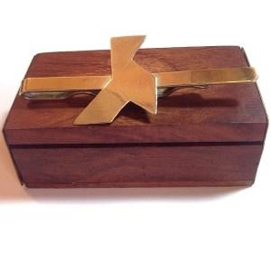 Hand-cut brass Pisacorbatas with bow tie | PVP. 25 € | Ref. PISCES. 010