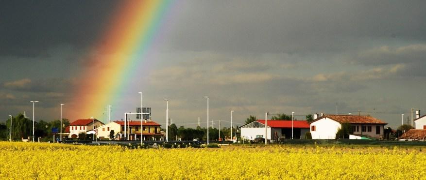 Fiori gialli, case bianche, tetti rossi, cielo azzurro, nuvole grigie...