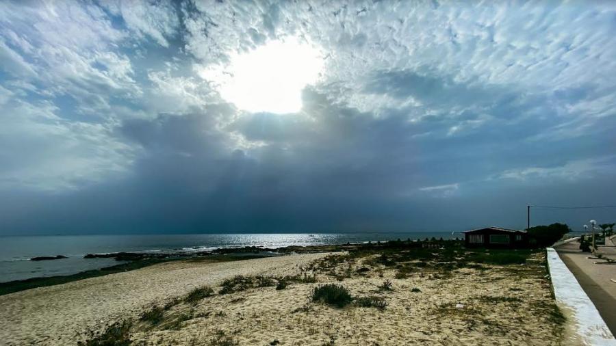 سحب وأمطار متفرقة يوم الثلاثاء