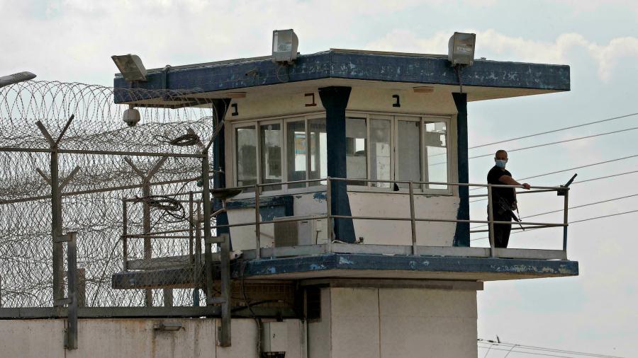 لوقف سياسة القمع: 1380 أسيرا فلسطينيّا ينفّذون إضراب جوع