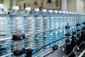 أزمة المياه المعدنية: المساحات الكبرى تُمكّن كل الحرفاء من 'ستيكتين ماء' فقط