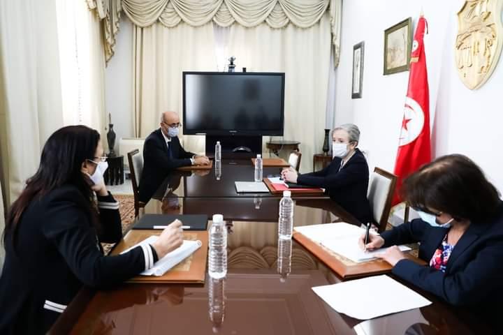 الحكومة تلتقي عددا من الوزراء ومحافظ البنك المركز