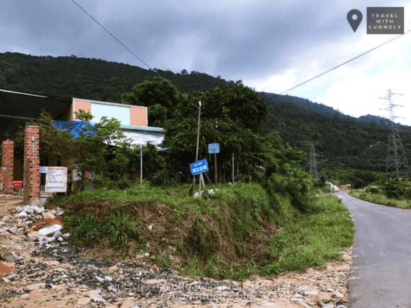 Gửi xe leo núi Chứa Chan, bạn cũng có thể mua than, cồn, nước uống ở đây.
