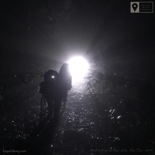 Trời tối như mực, nhóm lầm lũi đi đến điểm hạ trại.