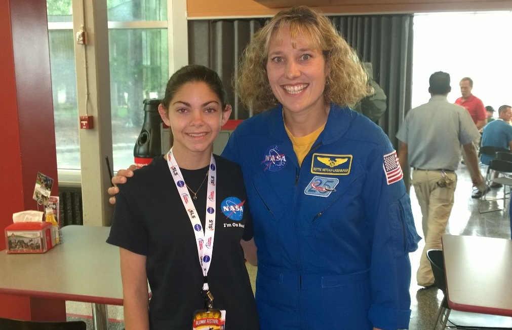 "Alyssa avec l'astronaute ""Dottie"" Metcalf-Lindenburger en 2015"