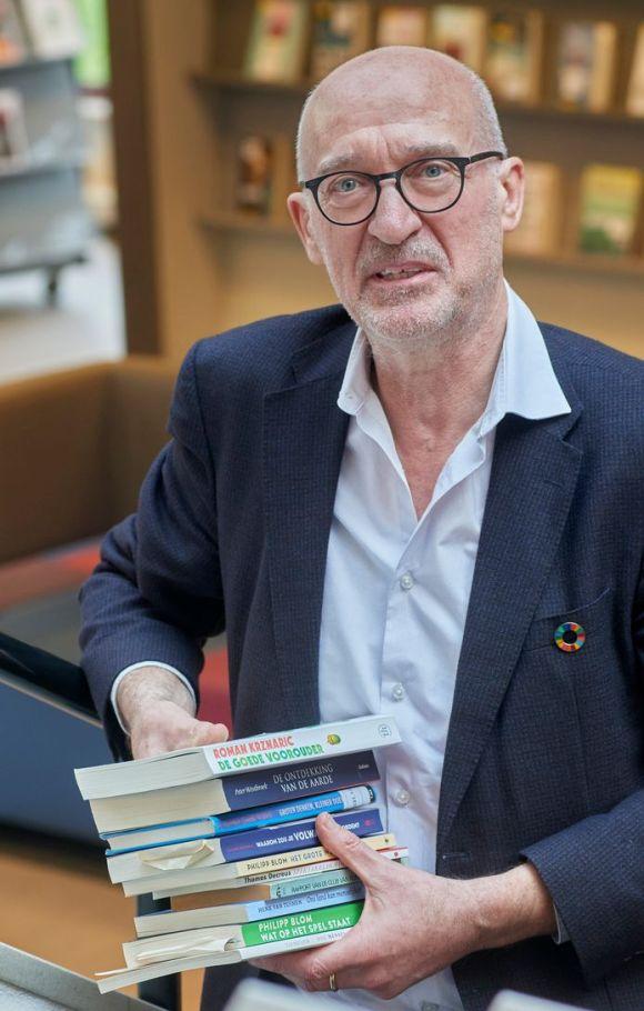 Hans van Duijnhoven vertrekt na 40 jaar als bibliothecaris en manager bij de Noord Oost Brabants Bibliotheken. Hij heeft een stapeltje 'boeken van belang' in zijn hand. Dat zijn boeken die hem antwoorden op prangende vragen geven.