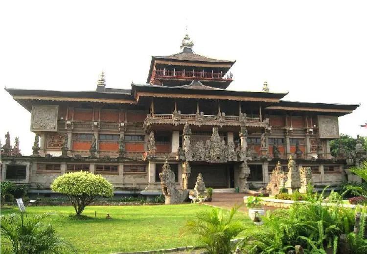 """Rumah Adat Bali """"Gampura Candi Bentar"""""""
