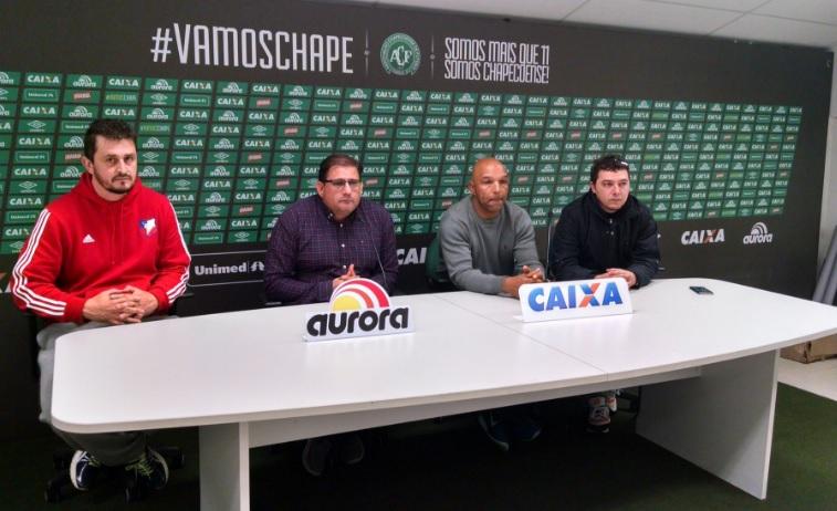 Torcida e simpatizantes da Chape se revoltam com saída de Guto Ferreira