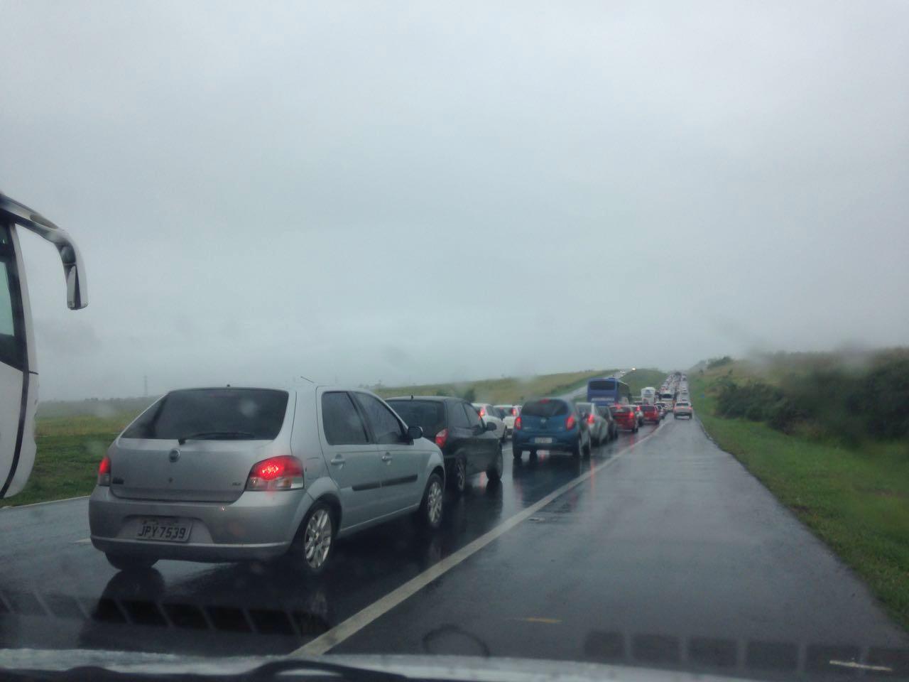 Chuva e congestionamentos atrasam volta de motoristas do feriadão na Bahia