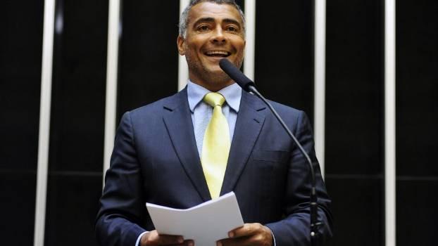"""Deputada detona Romário: """"Está fazendo o jogo mais podre da política"""""""