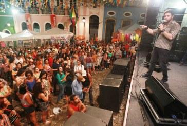 Terreiro de Jesus se transforma em gigantesca sala de reboco