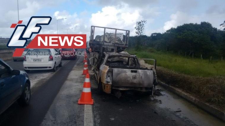Motorista morre carbonizado após acidente com carreta na BR324