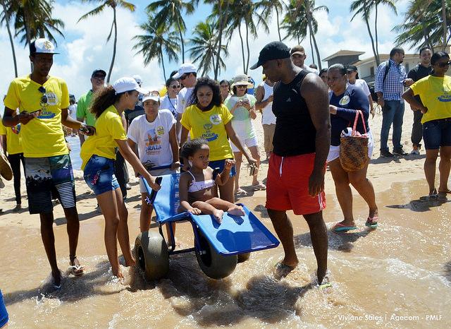 Pessoas com deficiência podem desfrutar do banho de mar em Lauro de Freitas