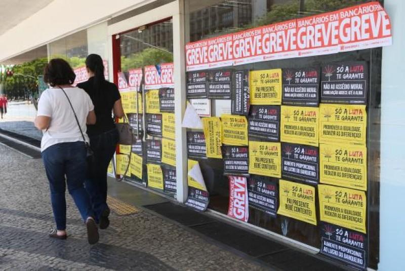 Greve dos bancários completa 30 dias; mais de 50% das agências estão fechadas