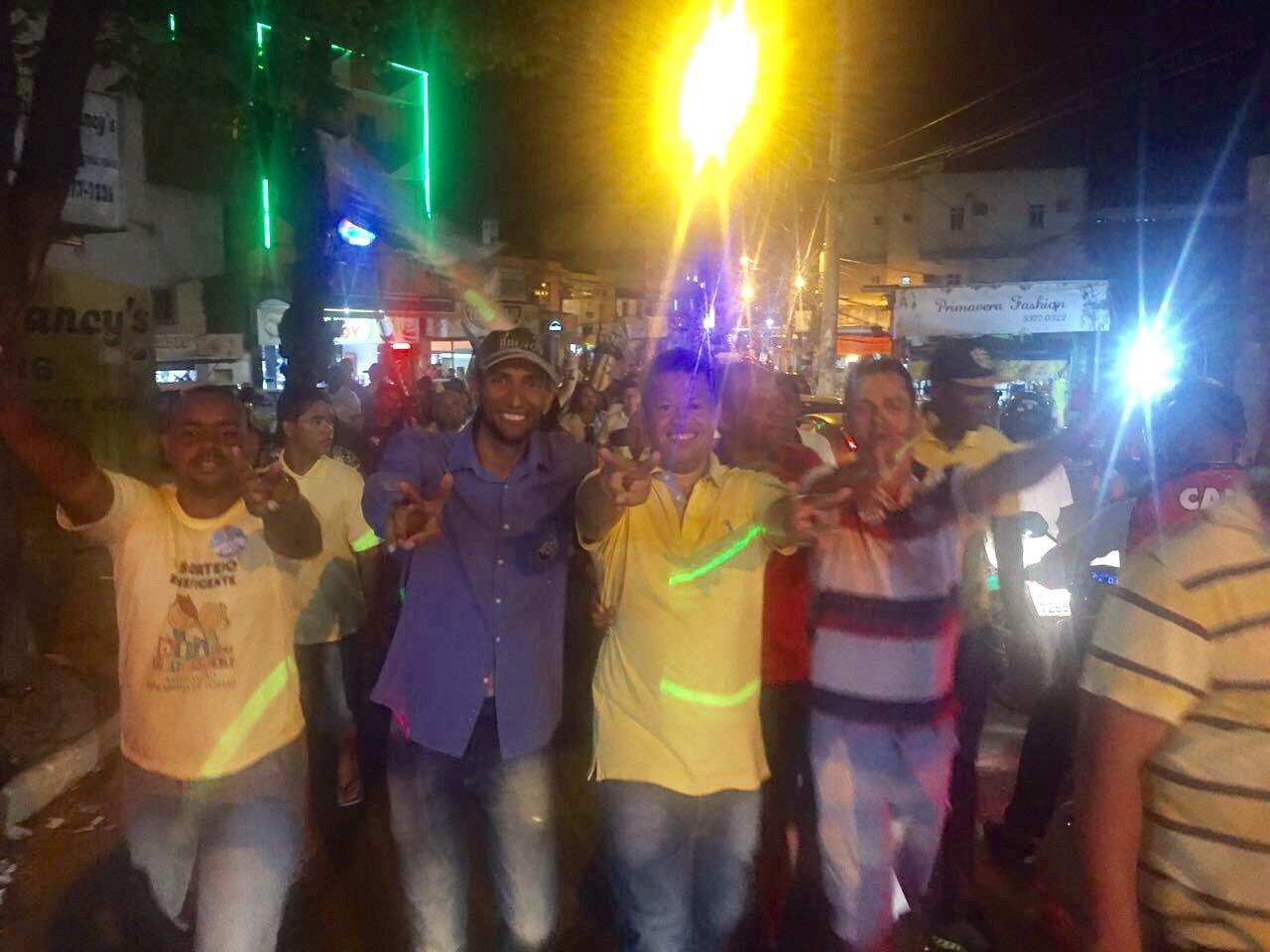 Decinho encerra campanha com milhares de pessoas em caminhada