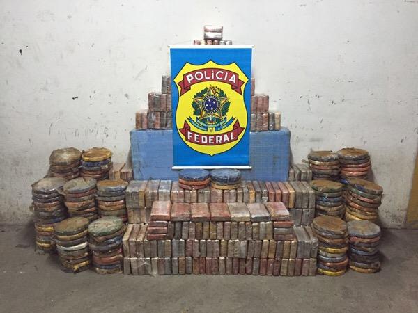 PF apreende mais de 800 kg de cocaína escondida dentro de caminhão e caixa d'água em Lauro de Freitas