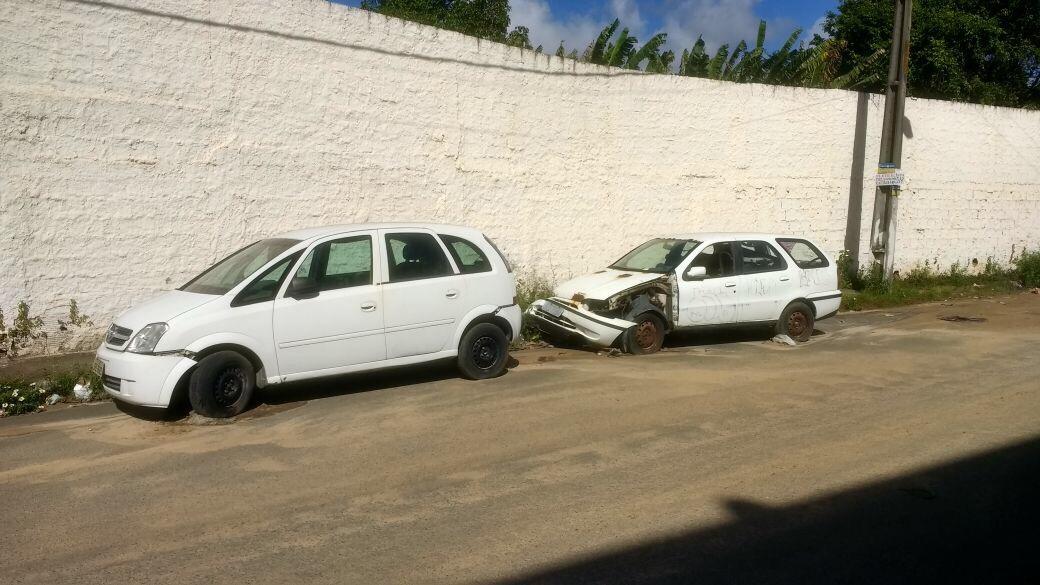 Moradores reclamam de carros abandonados desde janeiro no Recreio de Ipitanga em Lauro de Freitas