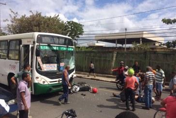 Motociclista morre ao colidir com ônibus na Av. Luiz Tarquínio em Lauro de Freitas