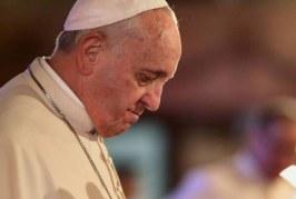 Papa é ferido no rosto durante visita à Colômbia