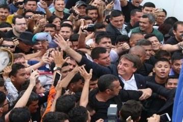 Deputado Jair Bolsonaro é recepcionado por multidão em Manaus