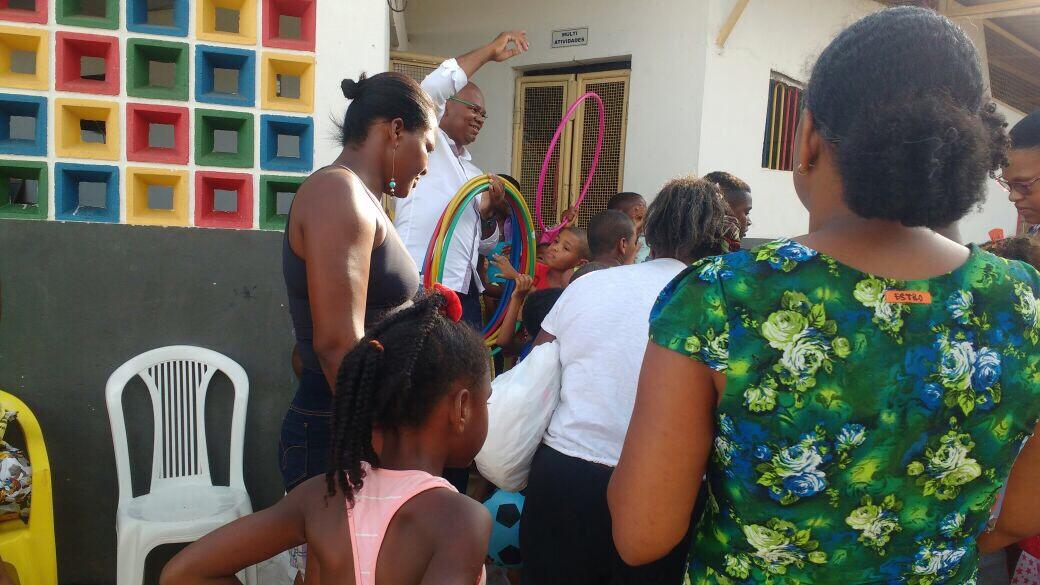 Rogério do Samu leva alegria para as crianças carentes de Lauro de Freitas
