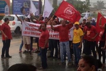 Grupo a favor de Lula ocupa pista na Estrada do Coco em Lauro de Freitas
