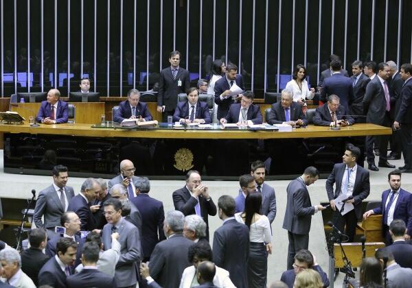 Dos 39 deputados federais baianos, apenas 10 votaram contra o decreto de intervenção